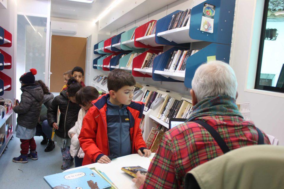 Los escolares de Villafrechós estrenan Bibliobús