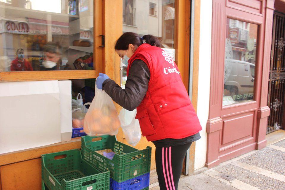 Ayuntamiento, Cruz Roja y Cáritas realizan las primeras compras de alimentos y medicinas a personas que no pueden salir de sus casas