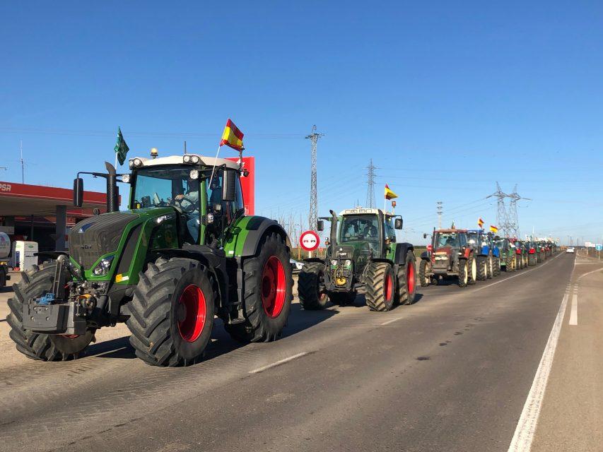 Cientos de tractores de la zona marchan en defensa del campo