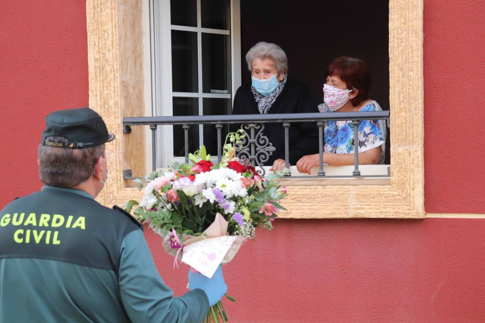 La Guardia Civil felicita a Natividad Sanabria por sus 103 años