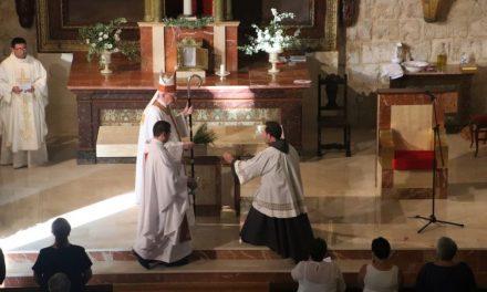 El cardenal Carlos Amigo consagra el nuevo altar de la iglesia de Santa María de Villabrágima