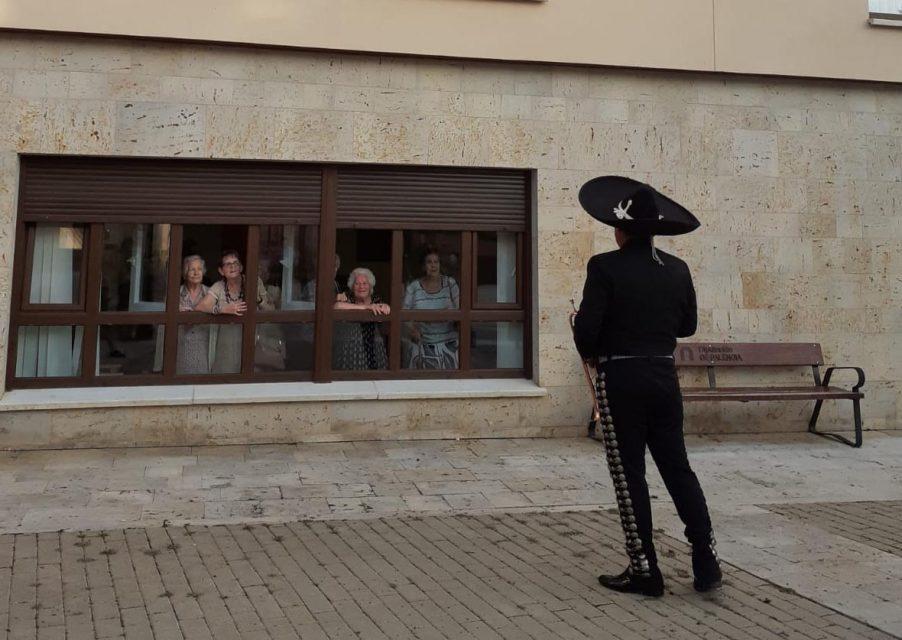 Los mariachis cantan a las personas mayores de la residencia de Ampudia