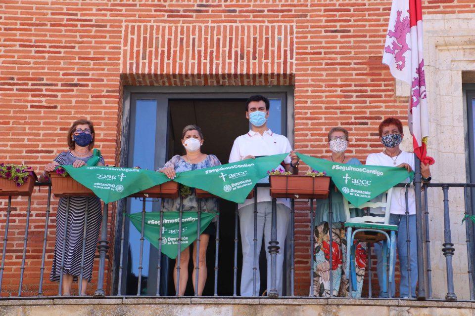 La AECC invita a decorar los balcones con pañoletas solidarias