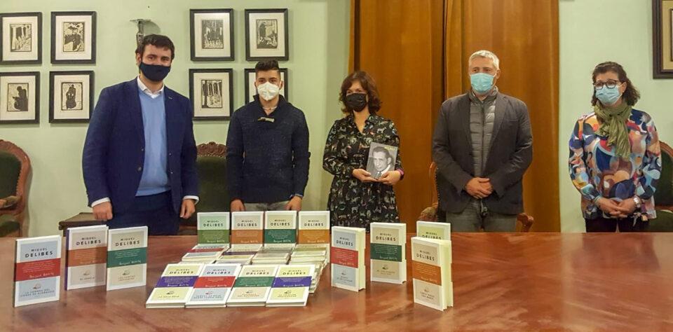 Ayuntamiento de Rioseco y Fundación Miguel Delibes entregan la colección de la obra completa del escritor al ganador del sorteo del Día del Libro