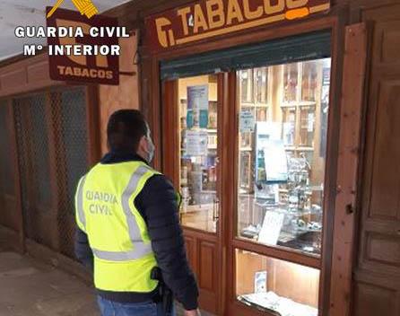 La Guardia Civil realiza inspecciones en las expendedurías de la provincia a relacionadas con la publicidad y la promoción de venta de labores de tabaco