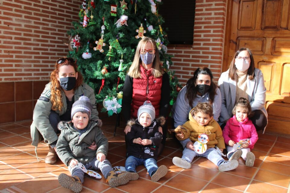 La Guardería de Villafrechós decora su tradicional árbol de Navidad