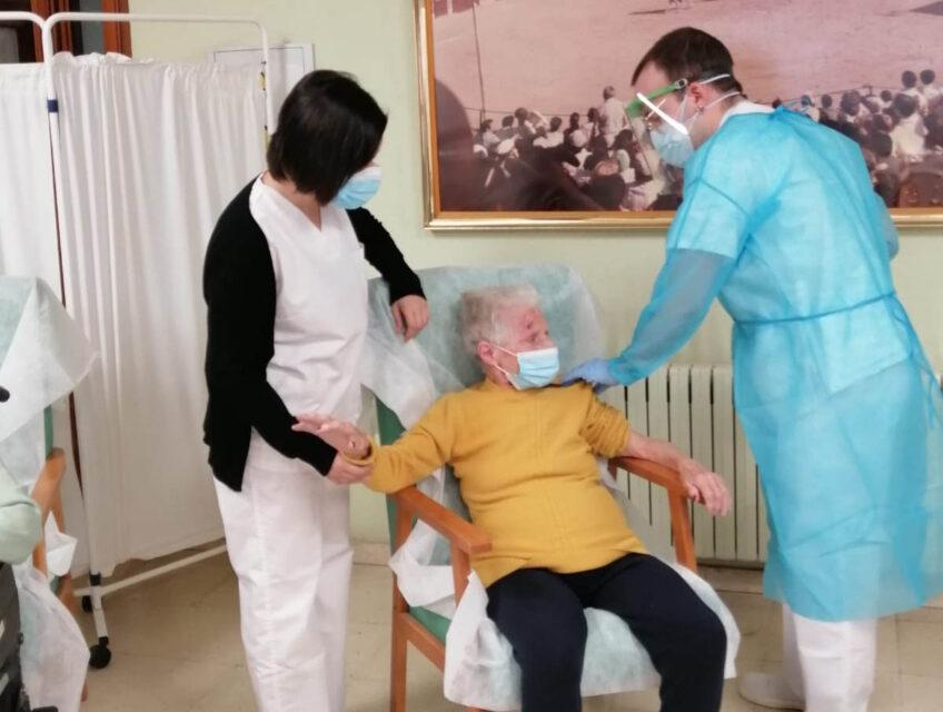 123 personas reciben la vacuna contra la covid en la Residencia de Rioseco
