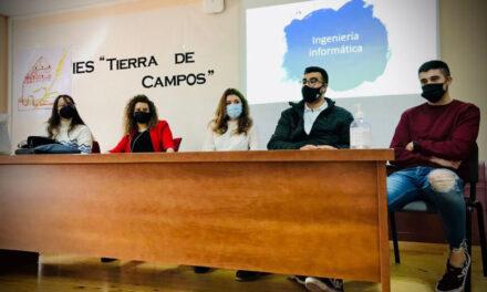 Antiguos alumnos del IES Tierra de Campos transmiten sus experiencias a los jóvenes estudiantes