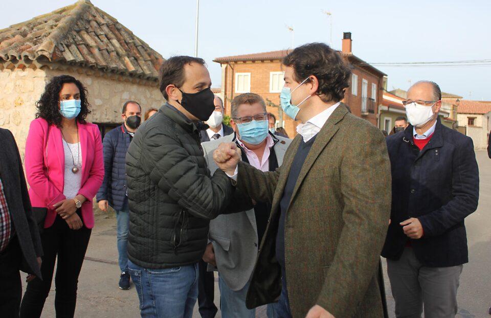 Mañueco sitúa «a un mes y medio o dos» el objetivo de llegar al 70 por ciento de población vacunada durante su visita a Peñaflor de Hornija