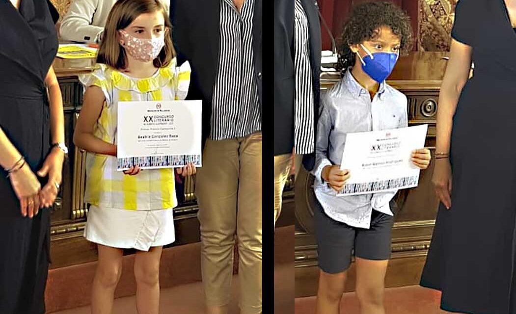 Beatriz González y Björn Ramos, de C.R.A Campos Góticos, recogen sus premios del concurso 'El Cuento Ilustrado'