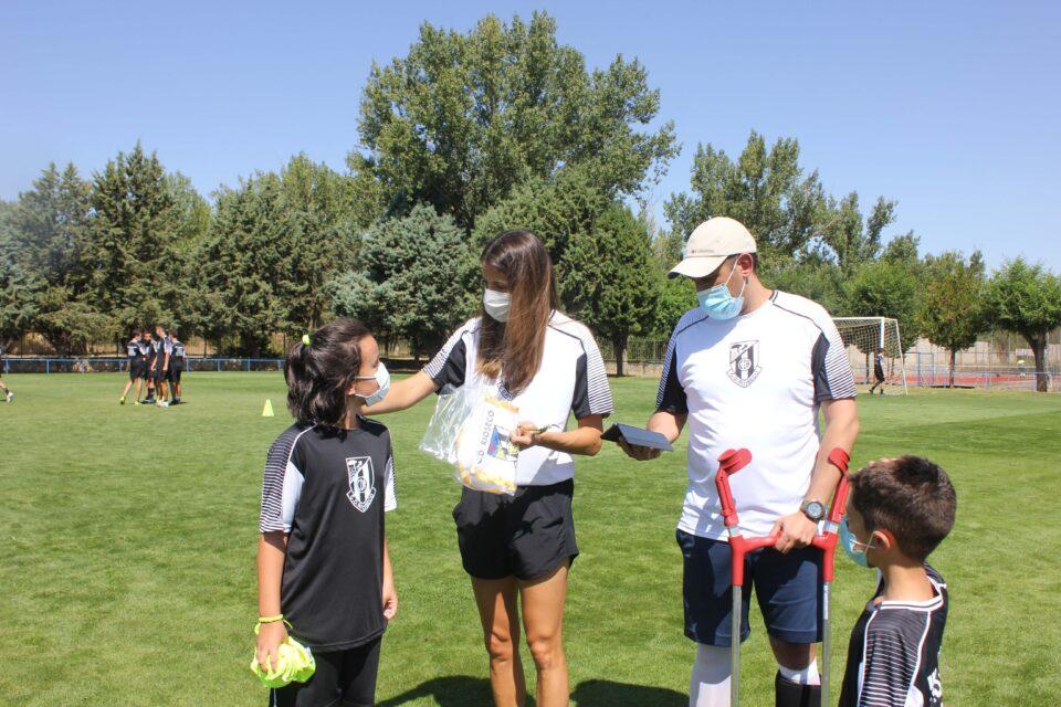 La futbolista Laura Fernández visita su Campus de Verano en Medina de Rioseco